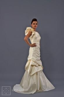 Stilvolles Brautkleid aus hochwertigem Taft. Durch den extravaganten fächerförmigen Ärmel betont das Kleid die Körperformen - 1715