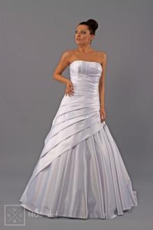 Brautkleid in A-Linie aus schön geschmücktem Satin. Durch die majestätische Schleppe wirkt das Kleid modern und elegant. - 1710