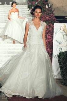 Sanftes Brautkleid aus erstklassigem Taft und italienischem Tüll mit hochwertiger Spitze - 1902