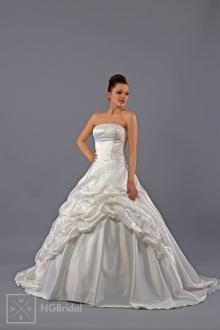 Majestätisches Brautkleid aus luxuriösem Taft mit feiner per Hand angenähter Spitze. Der zugeschnittene Rock betont die würdevolle Silhouette. - 1712