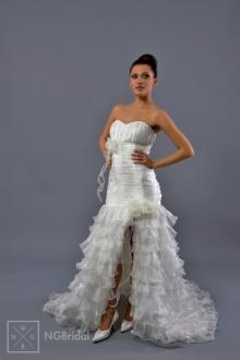 Dieses Brautkleid in dem Meerjungfrau-Stil betont die schlanke und elegante Figur. Das Modell ist mit Falbeln aus Organza und handgearbeiteten Blumen arrangiert - 1718