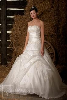 Wundervolles Brautkleid mit langer Schleppe aus Satin, Organza und luxuriösem Taft. - 101102