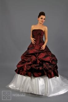 Kleid aus Satin/Taft in zwei Farben mit schlichter Bustier und drapiertem Rock. Das Kleid wird durch die lange Schleppe aus Tüll und elastischem Satin abgeschlossen - 1717