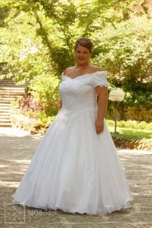 Brautkleid mit enganliegendem Korsett. Der luftige Rock aus Chiffon ist mit Spitzen garniert - 7110