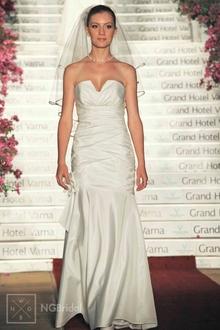 Der Akzent dieses luxuriösen Brautkleids aus Taft liegt auf dem mit Swarovski Kristallschmucksteinen garnierten Rundhalsausschnitt - 1909
